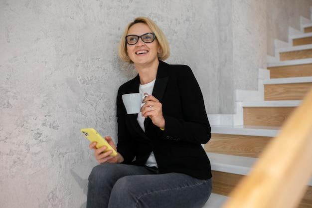 Rijpe blonde zakenvrouw op het werk