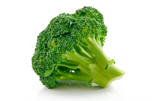 Rijpe broccoli kool geïsoleerd op wit