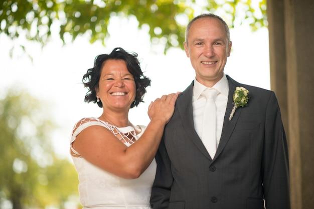 Rijpe bruid en bruidegom die trouwen