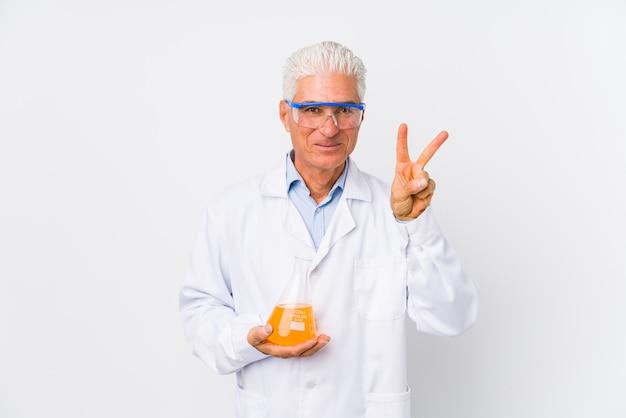 Rijpe chemische geïsoleerde mens het tonen van nummer twee met vingers.