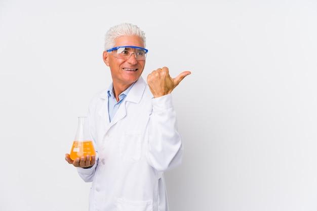 Rijpe chemische man geïsoleerde punten met duimvinger weg, lachend en zorgeloos.