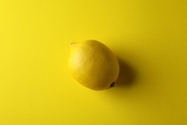Rijpe citroen op geel, bovenaanzicht