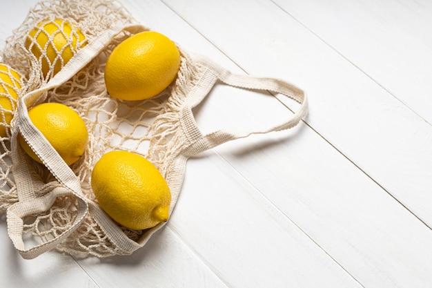 Rijpe citroenen in een milieuvriendelijke tas