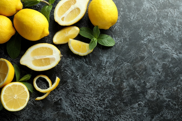 Rijpe citroenen op zwarte smokey