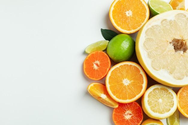 Rijpe citrus op witte achtergrond, ruimte voor tekst