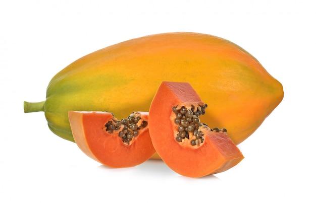 Rijpe die papaja op een witte achtergrond wordt geïsoleerd