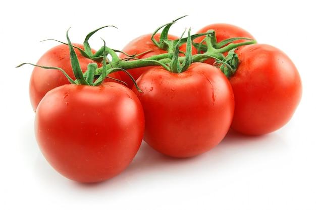 Rijpe die tomaten op witte achtergrond worden geïsoleerd