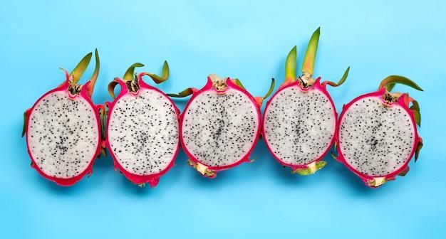 Rijpe dragonfruit of pitahaya op blauwe achtergrond.