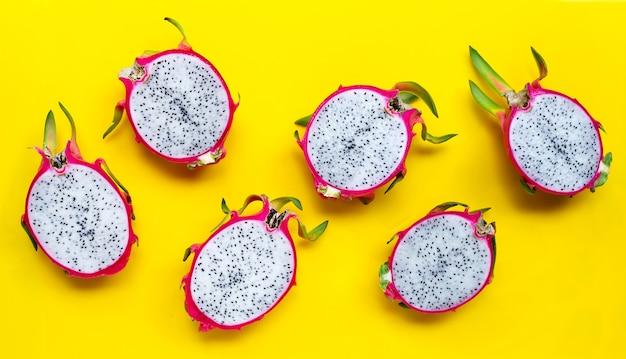 Rijpe dragonfruit of pitahaya op geel oppervlak. bovenaanzicht