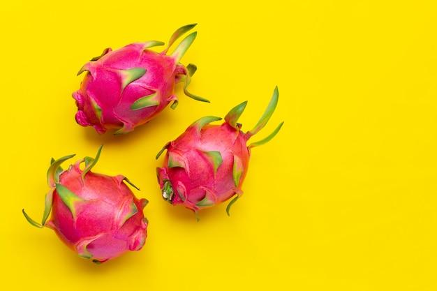 Rijpe dragonfruit of pitahaya op gele achtergrond.