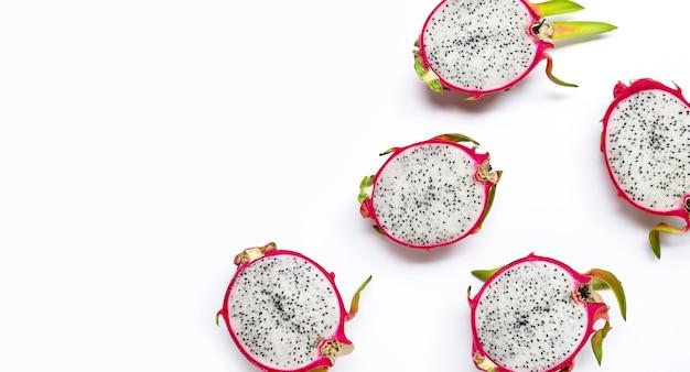 Rijpe dragonfruit of pitahaya's op wihte achtergrond. bovenaanzicht