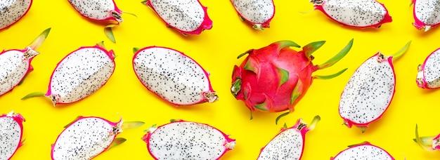 Rijpe drakenfruit of pitahayaplakken op gele achtergrond.