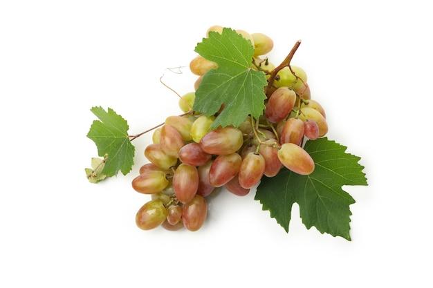 Rijpe druif met bladeren geïsoleerd op wit