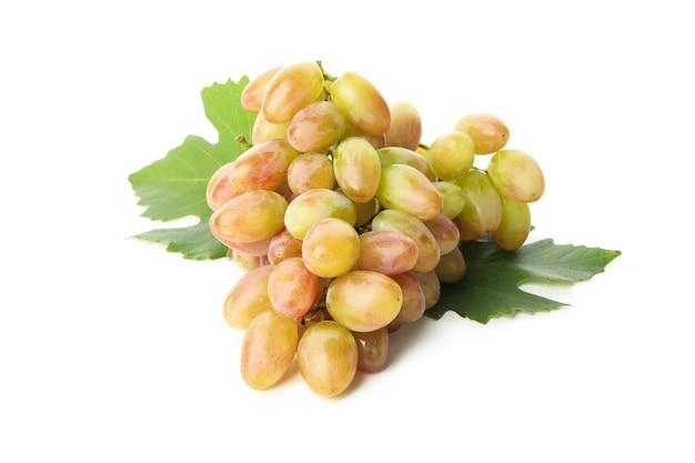 Rijpe druif met geïsoleerde bladeren