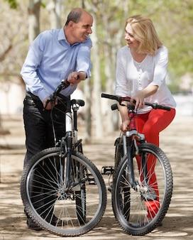Rijpe echtgenoot en vrouw die in de zomerpark blijven