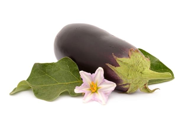 Rijpe en gezonde aubergine die op wit geïsoleerd oppervlak wordt geïsoleerd