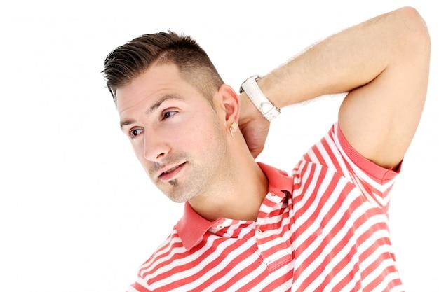 Rijpe en stijlvolle man in gestreepte shirt poseren