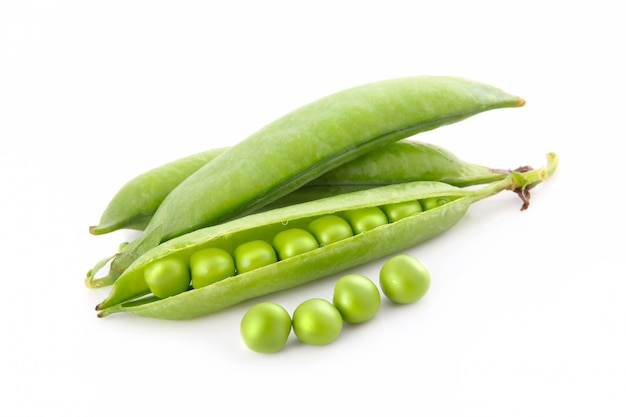 Rijpe erwtengroente met groen geïsoleerd blad