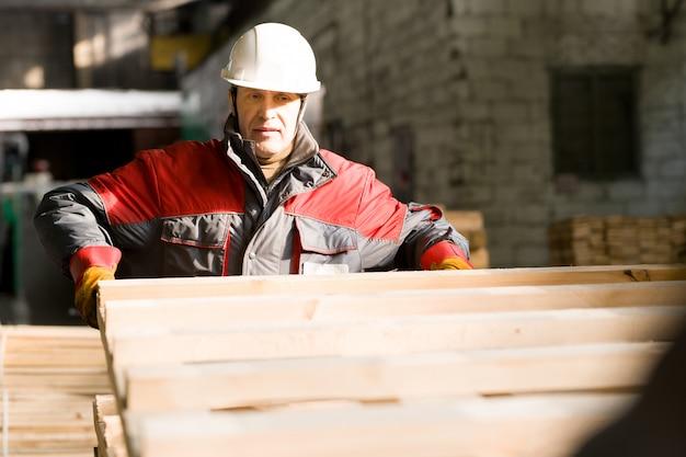 Rijpe fabrieksarbeider bij installatie