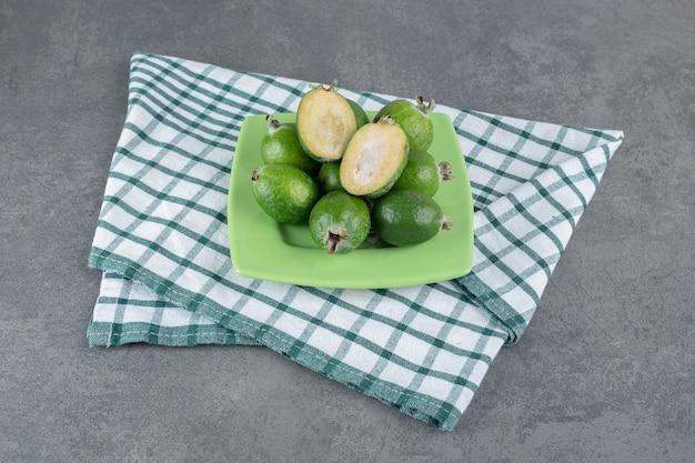 Rijpe feijoavruchten op groene plaat. hoge kwaliteit foto