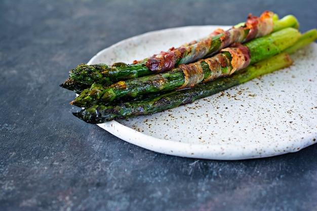 Rijpe gebakken asperges met spek, bijgerecht voor ontbijt, lunch, barbecue.