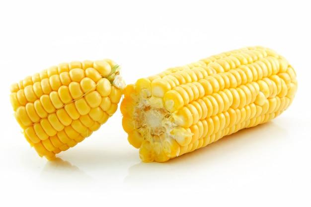 Rijpe gebroken maïs geïsoleerd op wit