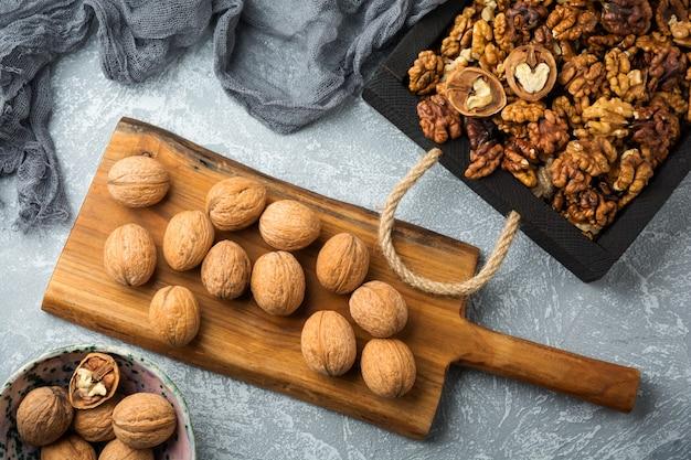 Rijpe gedroogde walnoten in een houten kist, lekkere gezonde walnoten. bovenaanzicht. bespotten.