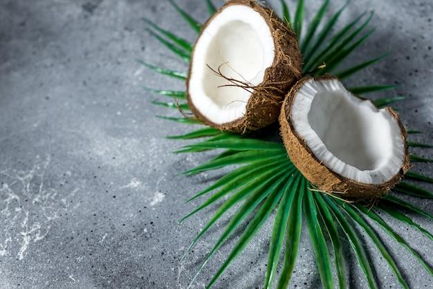Rijpe gehakte kokosnoot met bladeren
