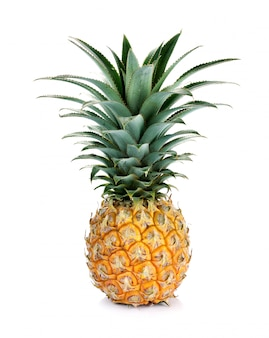 Rijpe gehele die ananas op wit wordt geïsoleerd