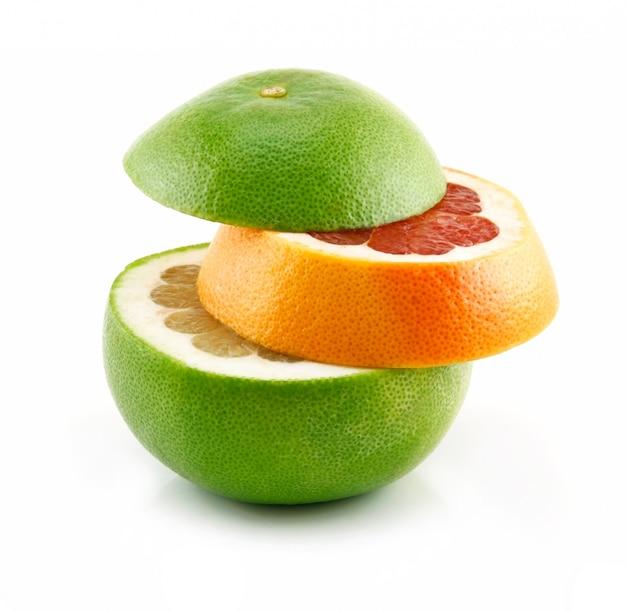 Rijpe gesneden grapefruit geïsoleerd op wit