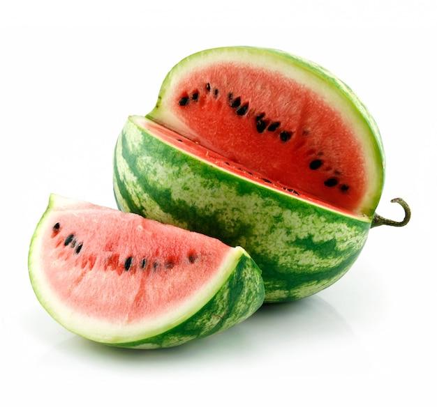 Rijpe gesneden groene die watermeloen op wit wordt geïsoleerd