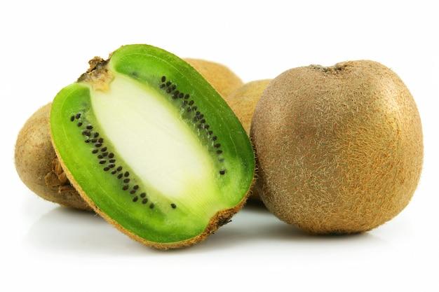 Rijpe gesneden kiwi die op witte achtergrond wordt geïsoleerd