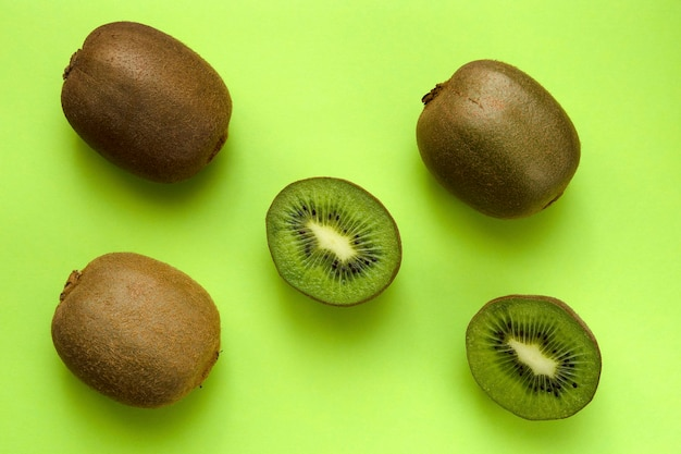 Rijpe gesneden kiwi's op een groene achtergrond close-up
