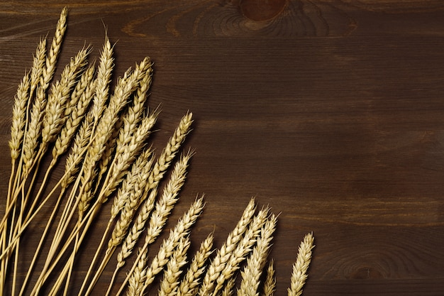 Rijpe gouden tarweoren op houten oppervlak