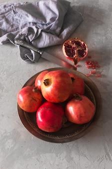 Rijpe granaatappel op een metalen plaat