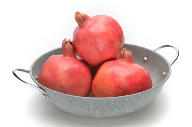 Rijpe granaatappels op een afgelegen wit