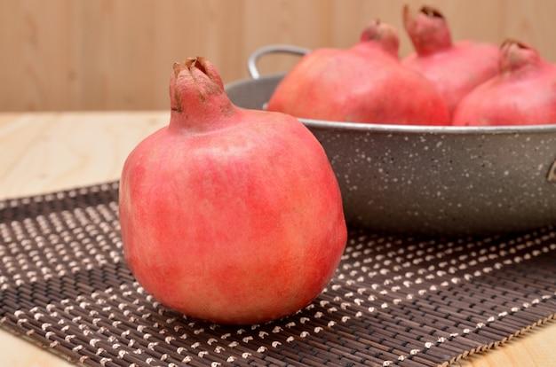 Rijpe granaatappels op een bamboemat