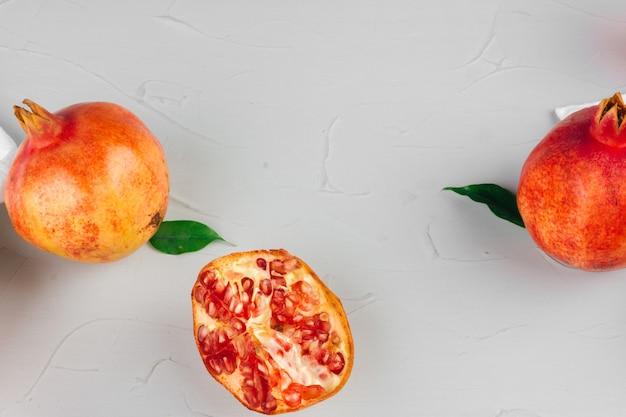 Rijpe granaatappels op een lichtgrijze keukentafel