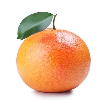 Rijpe grapefruit met blad, geïsoleerd dan wit