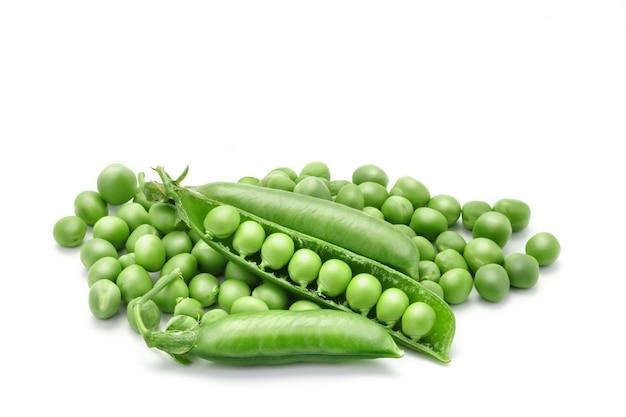 Rijpe groene erwten op wit