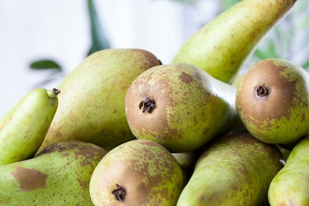 Rijpe groene peren na de oogst, een bos heerlijke groene peren op de keukentafel