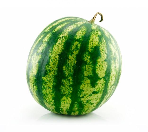 Rijpe groene watermeloen geïsoleerd op wit