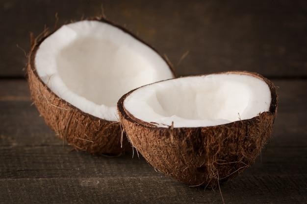 Rijpe half gesneden kokosnoot. kokosroom en olie.