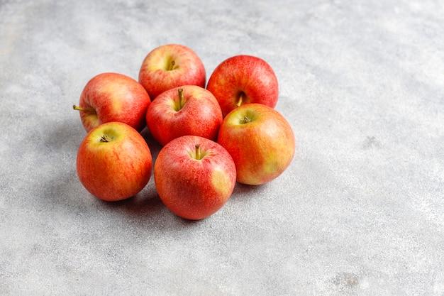 Rijpe heerlijke biologische rode appels.