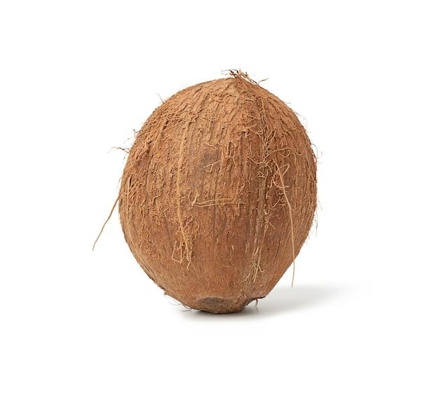 Rijpe hele ronde kokosnoot geïsoleerd op wit