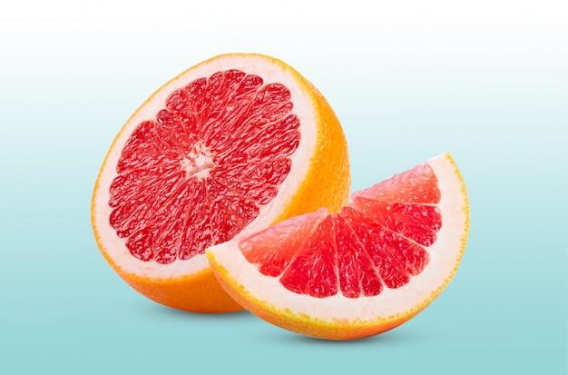 Rijpe helft van roze grapefruit citrusvruchten geïsoleerd op bluebackground