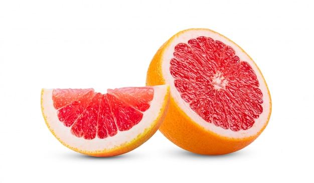 Rijpe helft van roze grapefruit citrusvruchten geïsoleerd