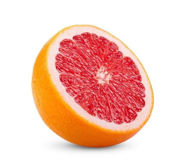 Rijpe helft van roze grapefruit op witte muur.