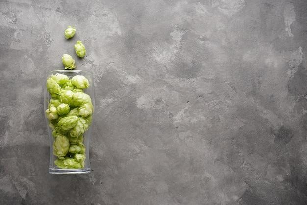Rijpe hop in een bierglas. plat leggen.