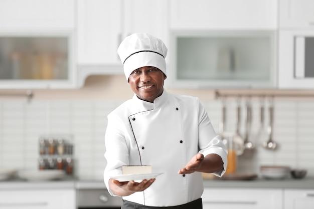 Rijpe indiase chef-kok met lekker dessert in de keuken
